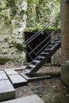 Des pas japonais en béton  mènent à l'escalier qui conduit à la falaise