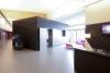 La salle de réunion intègre un meuble de services