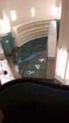 Les lettres lumineuses déposées au fond de la piscine permettent de mieux percevoir sa profondeur